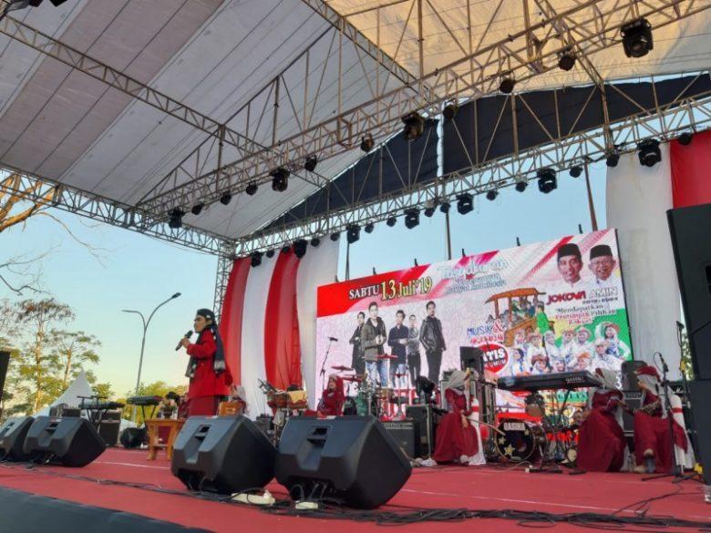 Bagikan 3000 Sarang dan Pentas Musik Seorang Relawan Di Solo Ketika Jokowi Menang 2