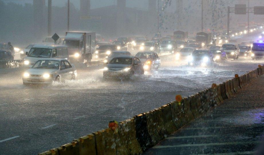 Photo of BMKG Mengeluarkan Peringatan Dini Untuk Peringatkan Hujan Petir Dan Gelombang Tinggi Di Beberapa Wilayah